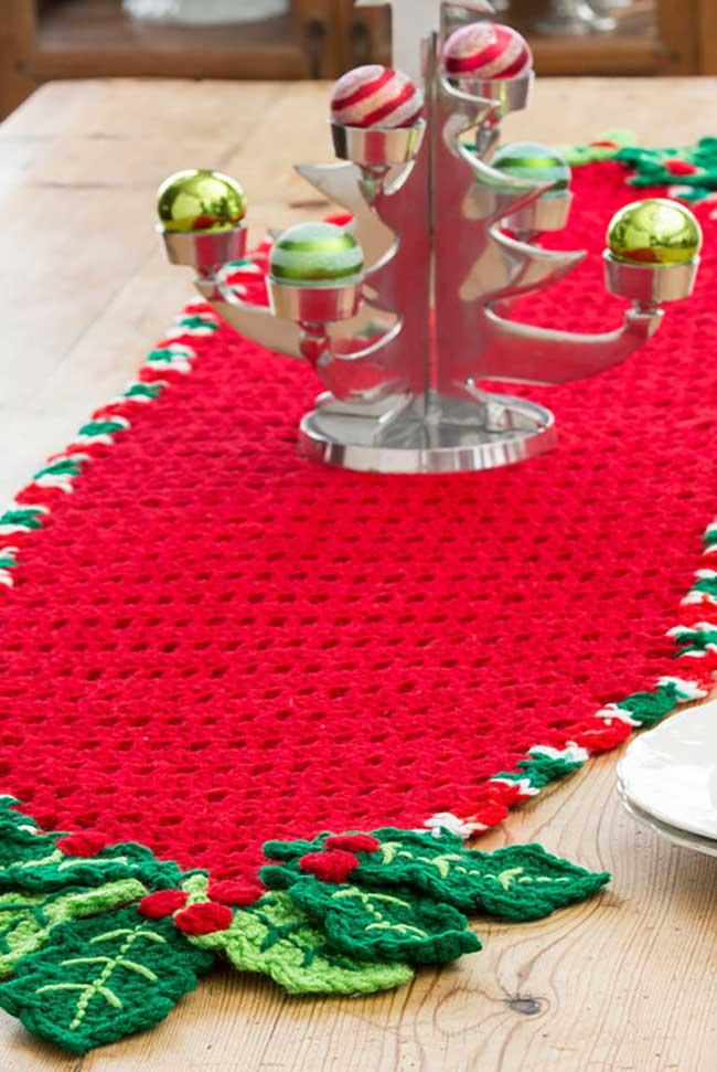 Vermelho para destacar o caminho de mesa de crochê