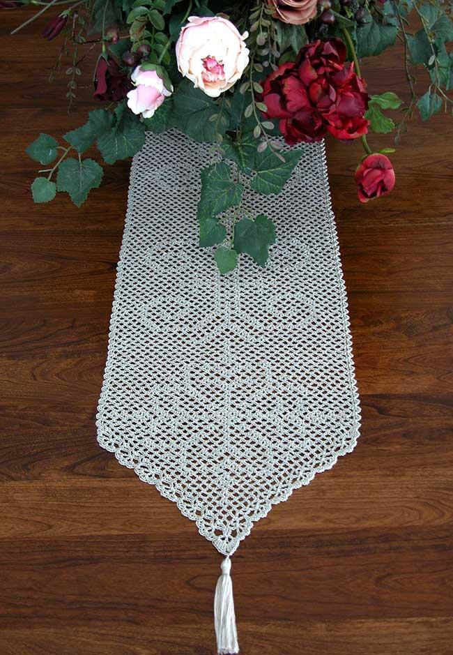 Formato de desenho delicado para o caminho de mesa de crochê