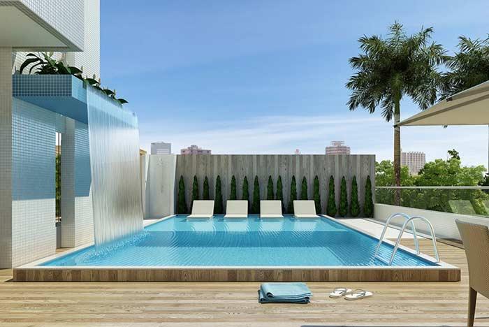 Cenário contemporâneo com piscina de fibra