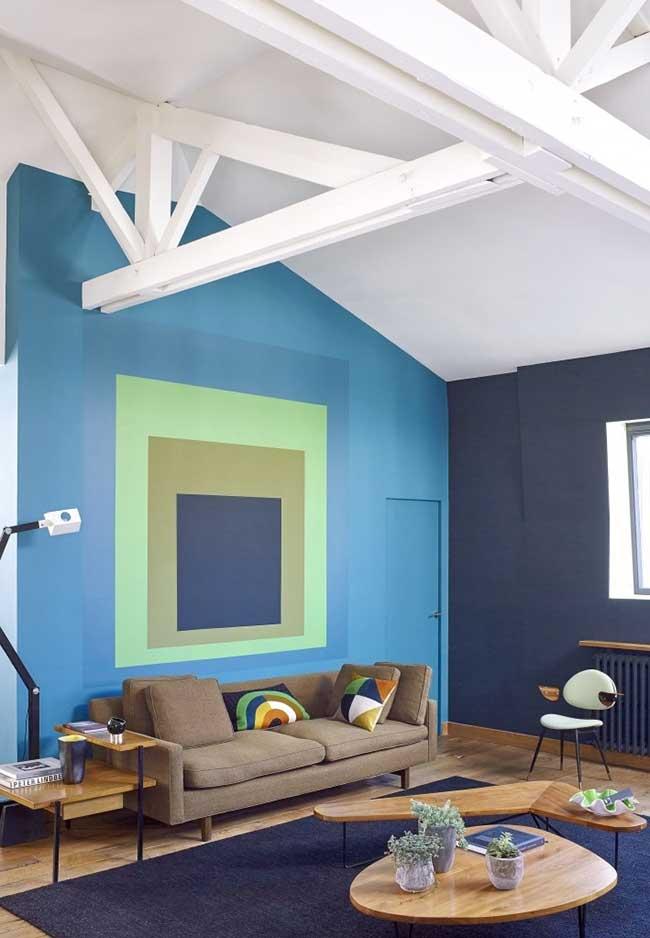 Combinação de azul verde e marrom em ambiente convidativo