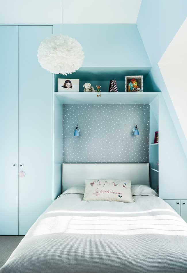Azul bebe no quarto de menina