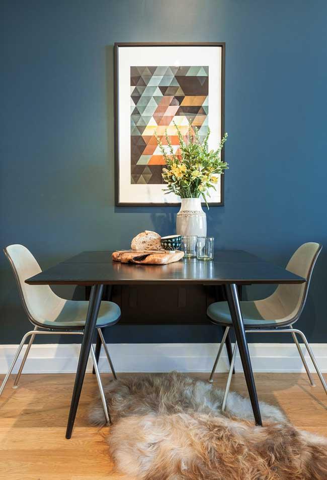Azul e preto como as cores principais em um ambiente mais sério