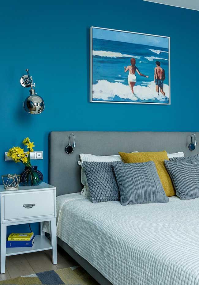 Azul das águas do quadro também na parede deste quarto