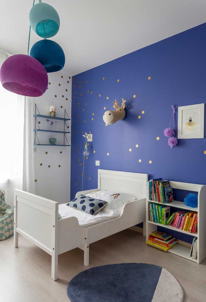 Parede em cor vibrante para deixar o quarto mais alegre