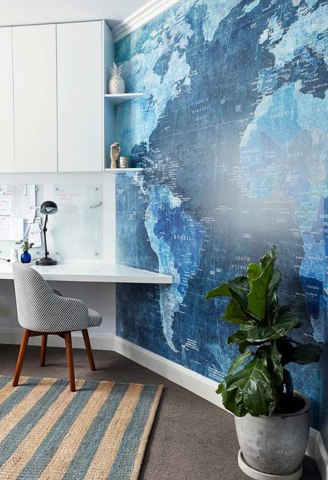 Home office com papel de parede mapa mundi