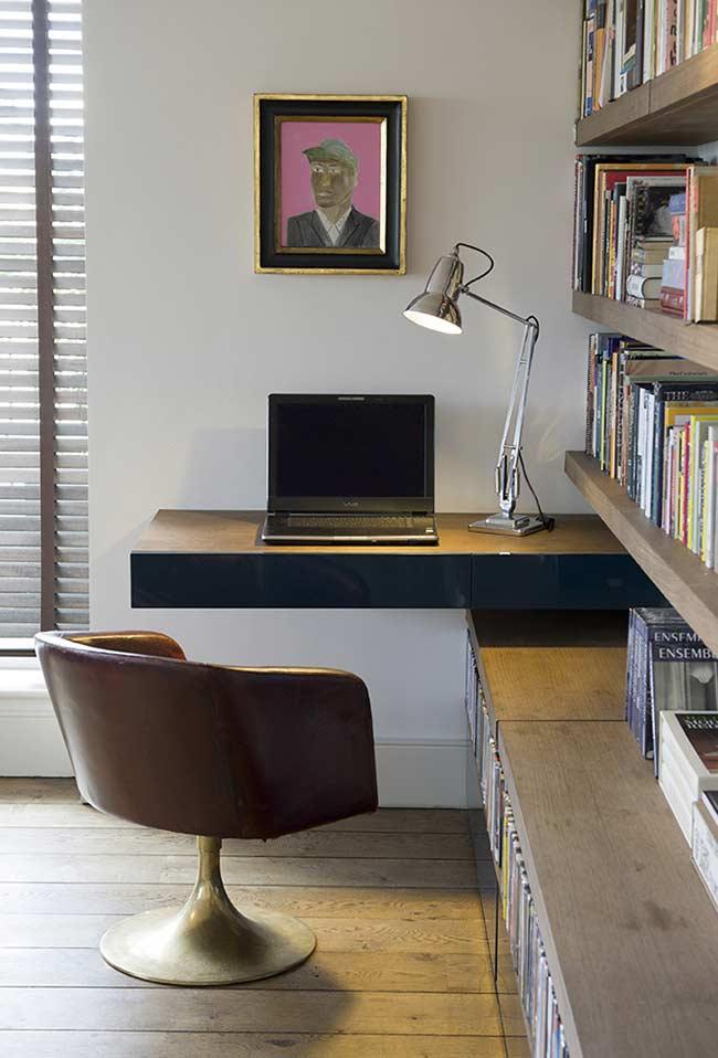 Mesa lateral que sai de estante planejada