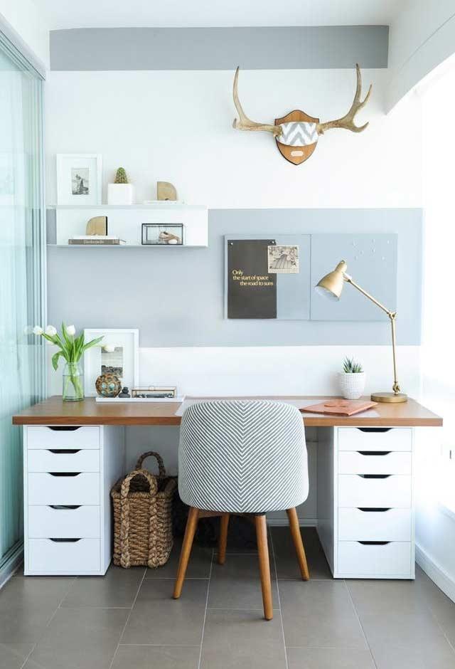 Home office azul, marrom e branco