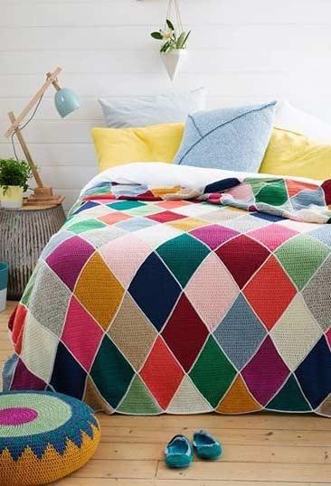 Colcha de crochê com losangos coloridos