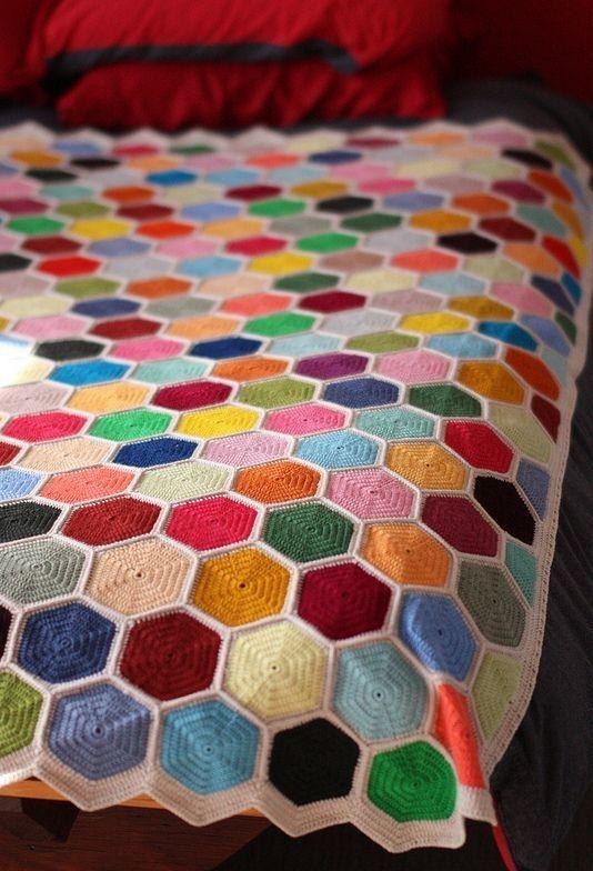 Hexágonos coloridos na colcha de crochê