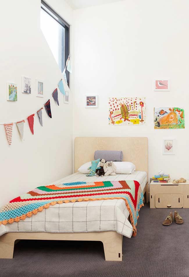 Colcha colorida em combinando com a decoração do quarto