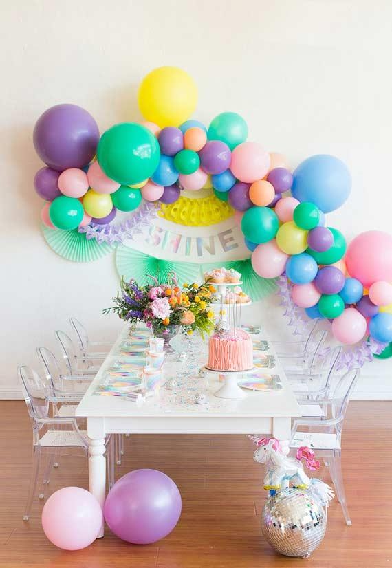 Arranjo na parede com balões para festa unicórnio