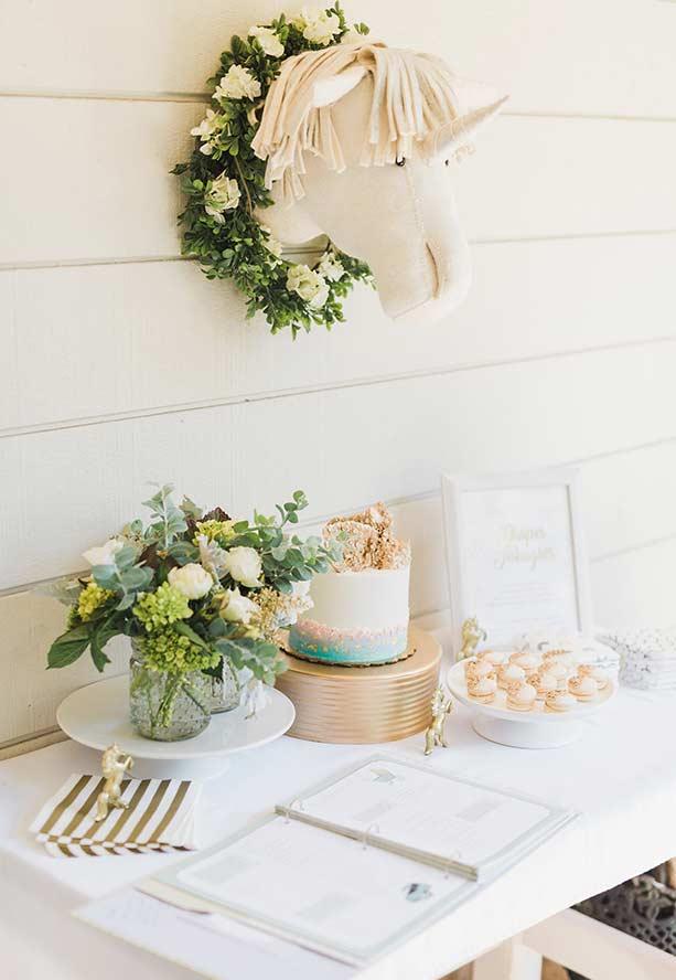 Dourado com flores na decoração