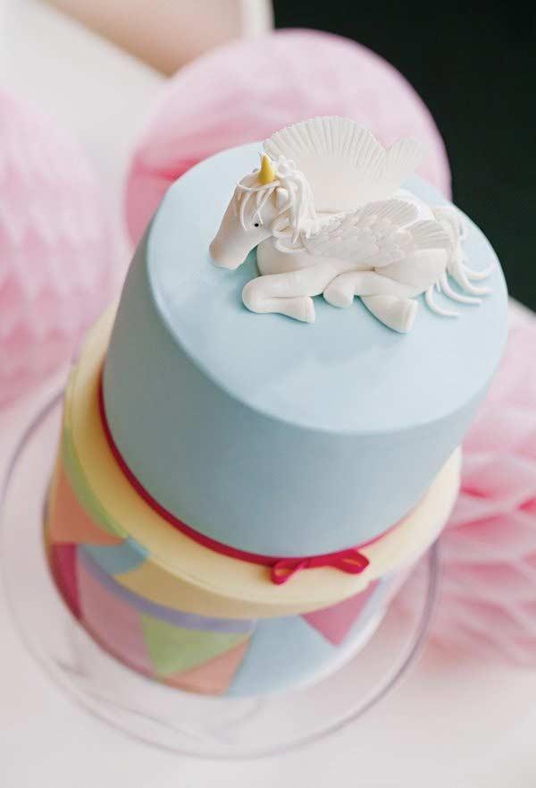 Unicórnio no topo do bolo
