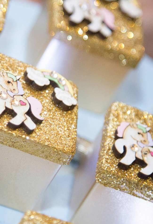 Caixinha de lembrancinha de madeira com glitter