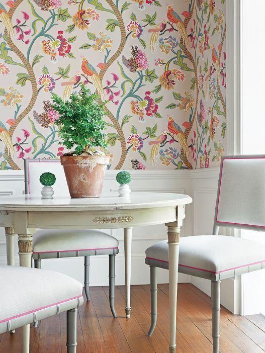 Sala de jantar com tecido na parede