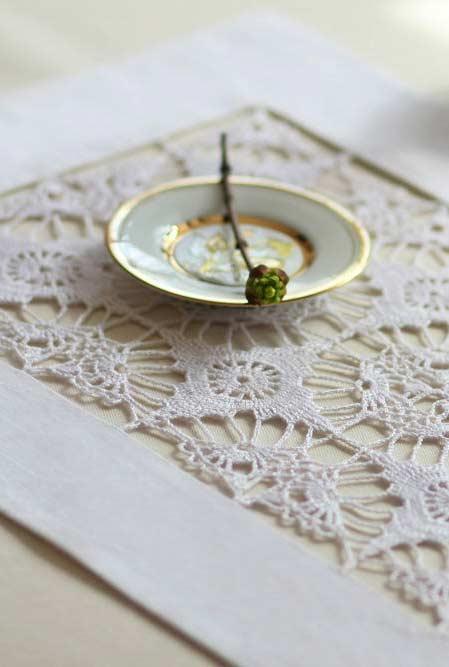 No estilo renda para uma mesa mais delicada.