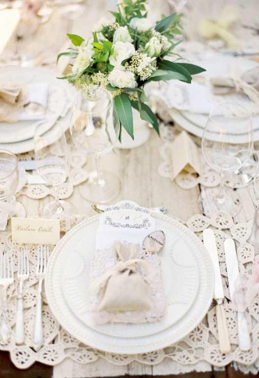 Delicadeza dos detalhes bordados para uma mesa de casamento com jogo americano de crochê.