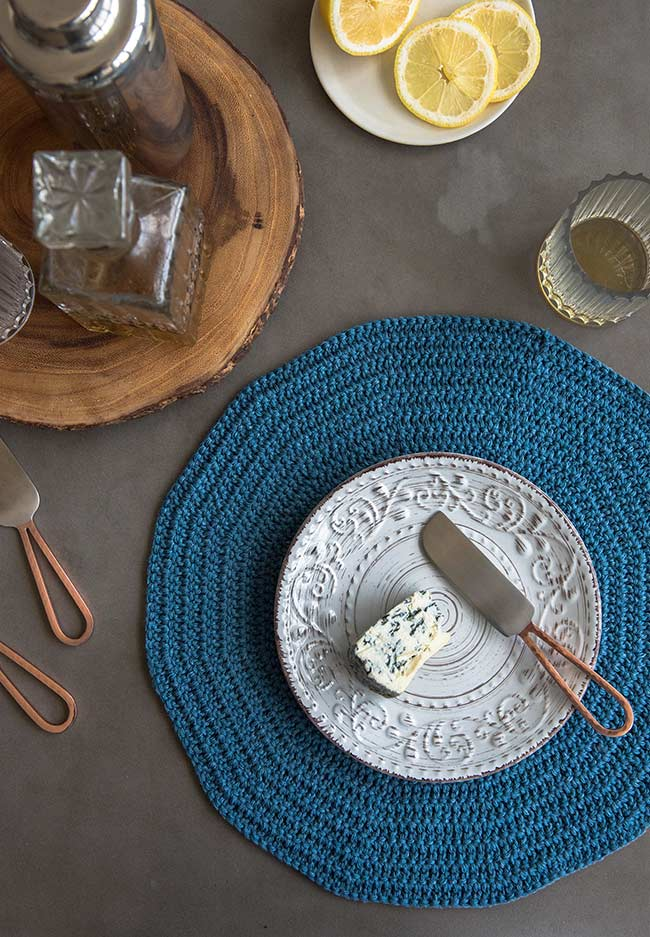 No formato redondo permitindo abrigar todos os pratos, copos e talheres de cada pessoa.