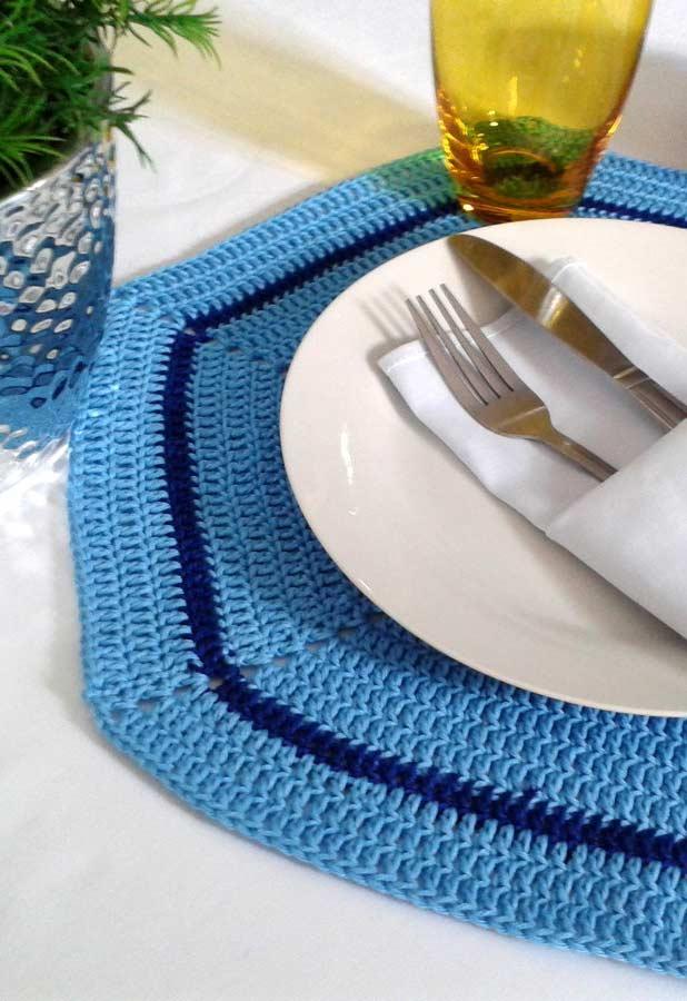 Mesa com jogo americano de crochê azul