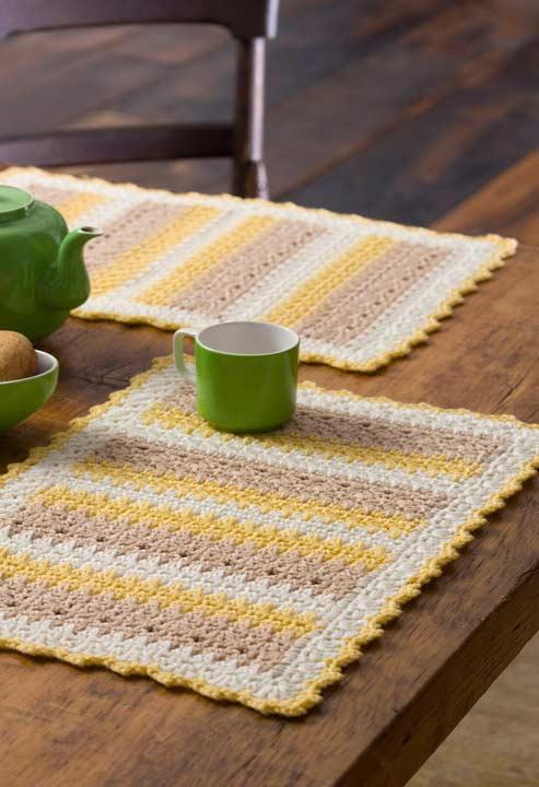 Amarelo, branco e natural no jogo americano crochê