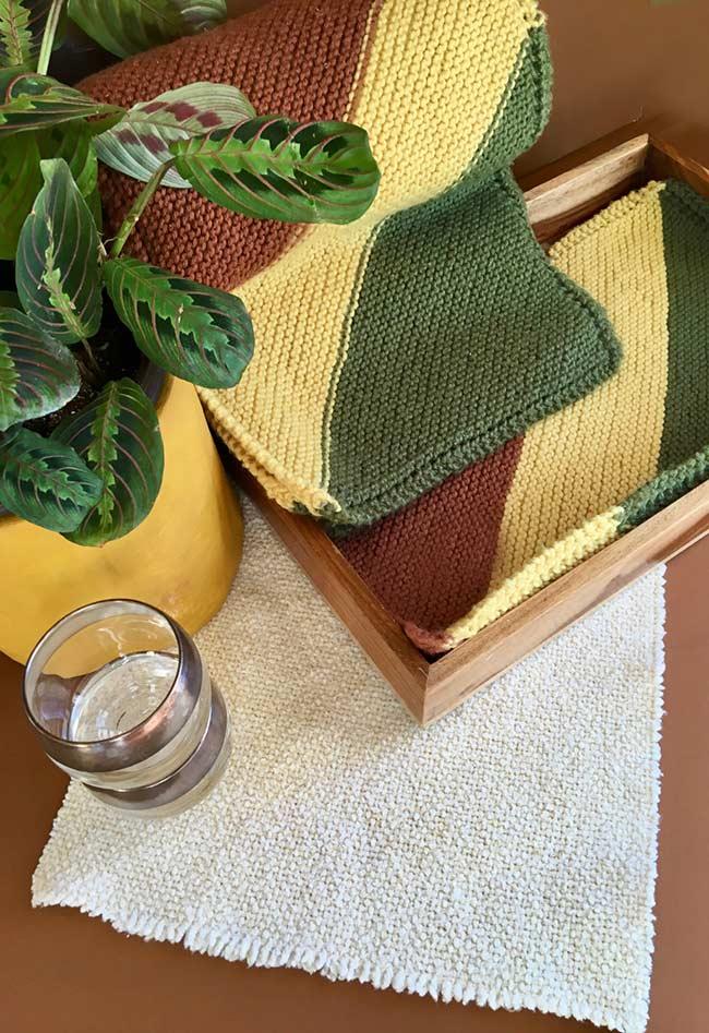 Três cores principais para compor o jogo americano de crochê
