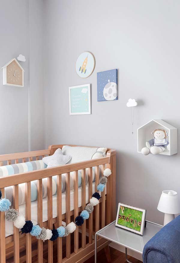 Tons pastéis em quarto de bebê pequeno