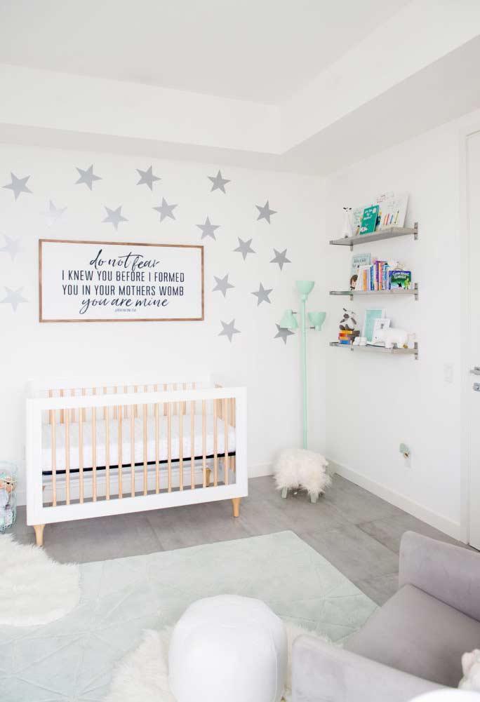 Céu estrelado em quarto de bebê pequeno