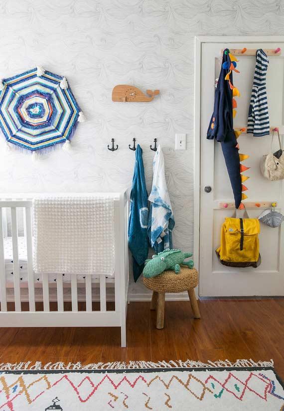 Decoração de quarto de bebê pequeno com ornamentos
