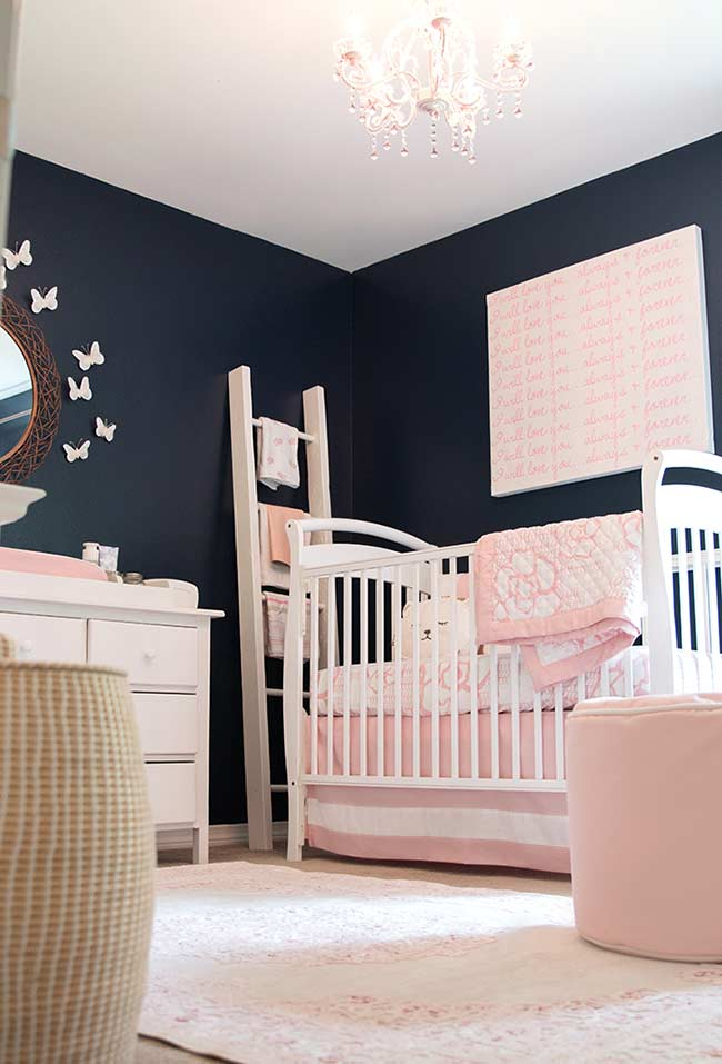 Rosa e azul marinho no quarto de bebê pequeno