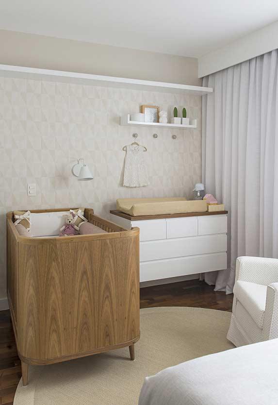 Cortina de parede inteira no quarto de bebê pequeno