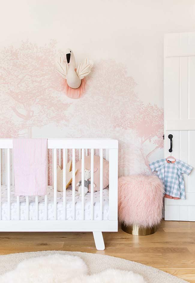 Floresta rosada e mágica como inspiração para a decoração do quarto de bebê pequeno