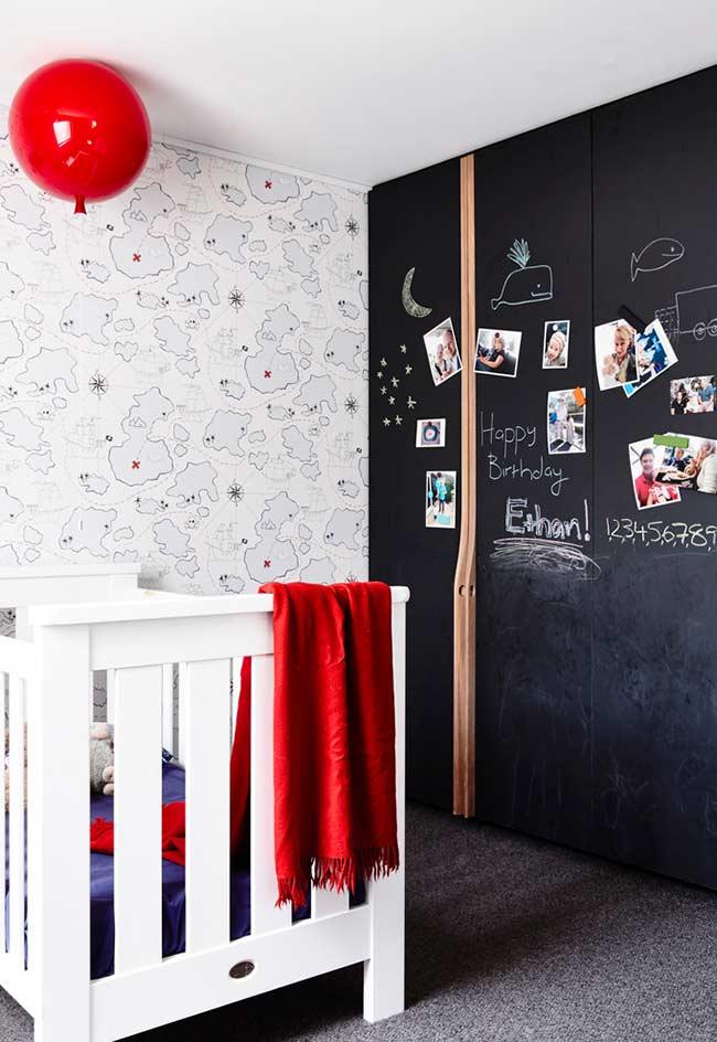 Tinta de lousa e papel de parede ao redor do berço do quarto de bebê pequneo