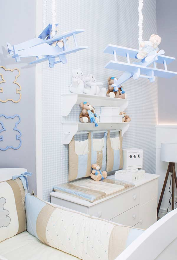 Azul e marrom na decoração de quarto de bebê pequeno