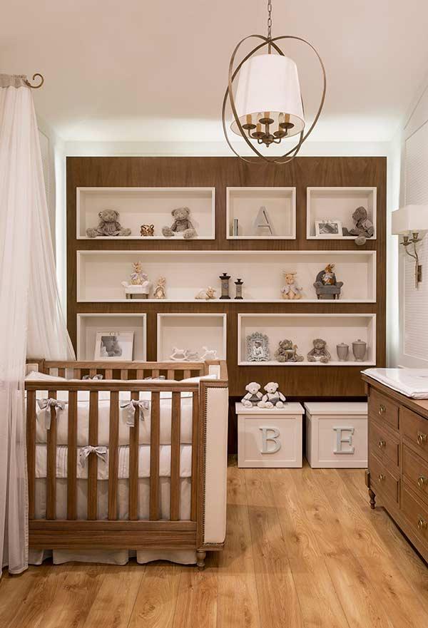 Nichos planejados na parede inteira do quarto de bebê pequeno