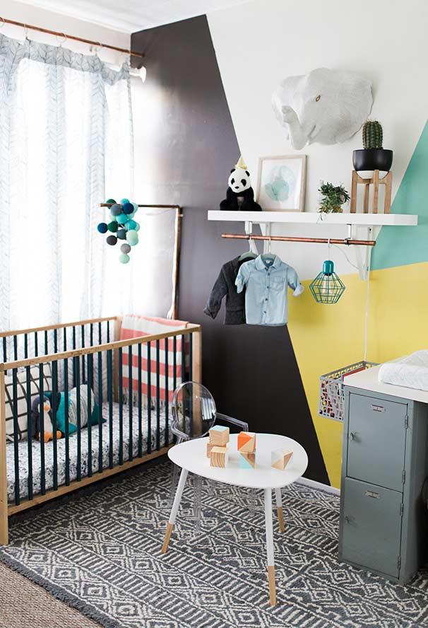 Quarto de bebê pequeno moderno no estilo industrial