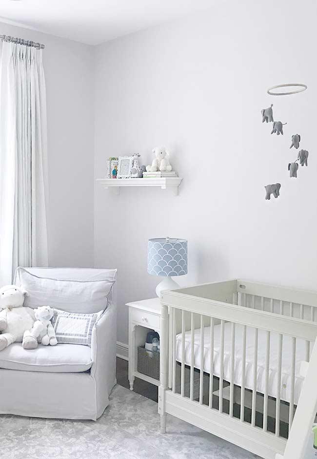 Branco, cinza e azul no quarto de bebê pequeno