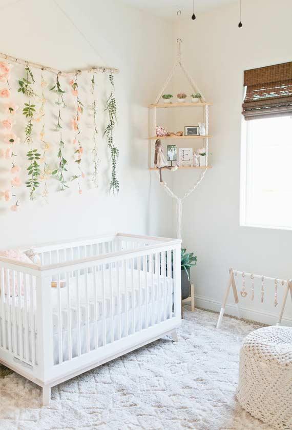 Varal com flores artificiais na decoração do quarto de bebê pequeno