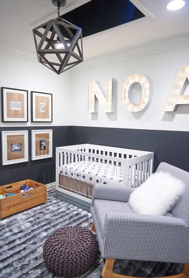 Superfícies macias no quarto de bebê pequeno