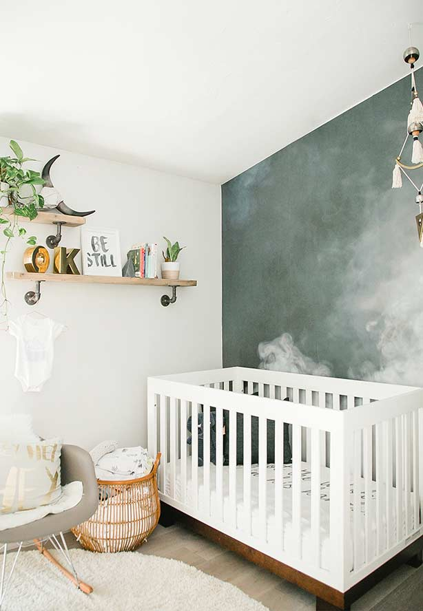 Parede no estilo fumaça no quarto de bebê pequeno