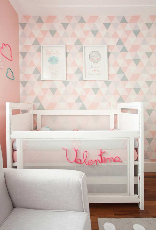 Rosa e cinza no quarto de menina