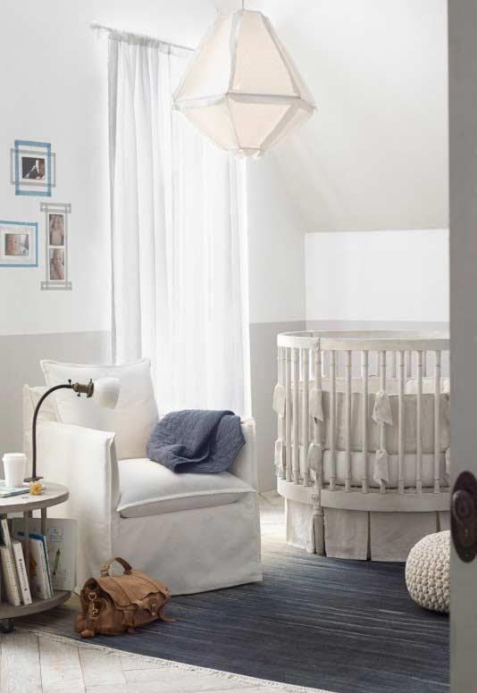 Quarto de bebê pequeno com diversos tecidos