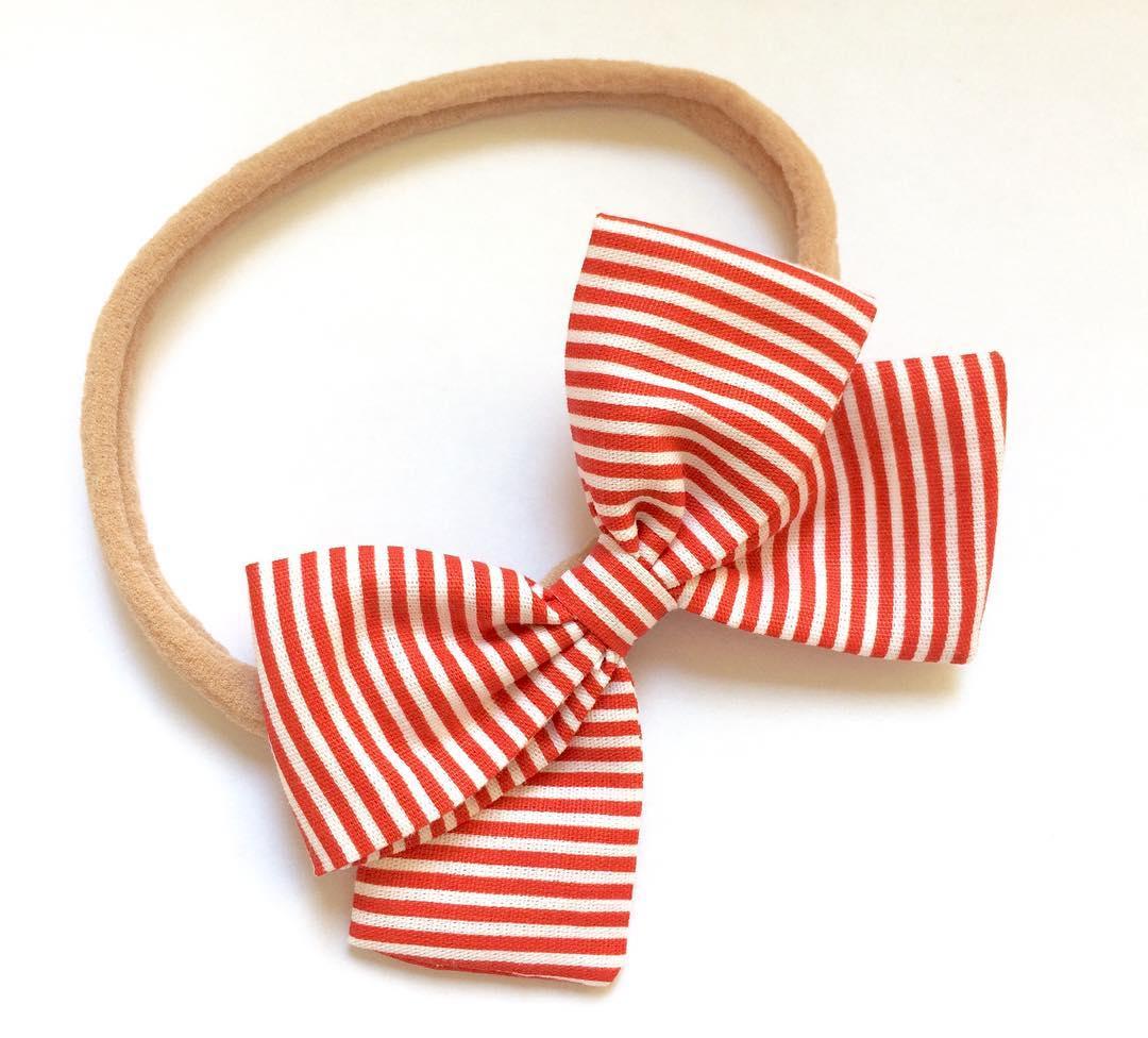Listras vermelhas e brancas no tecido do laço