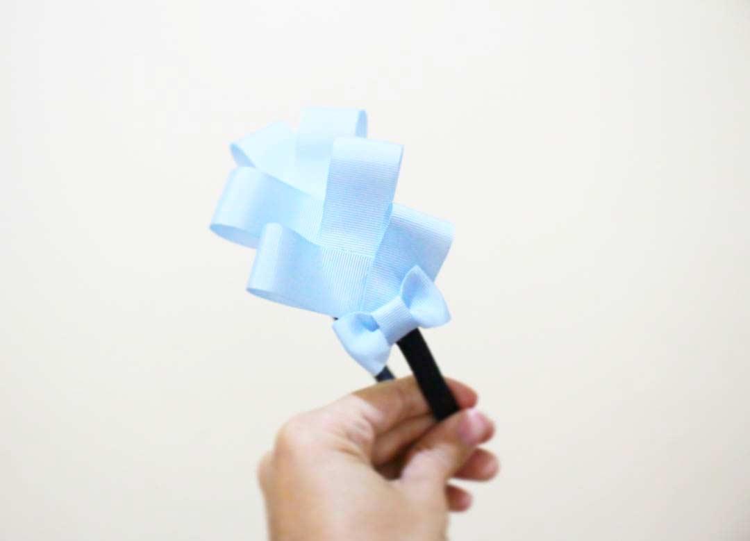 Um toque delicado com laço de tecido azul