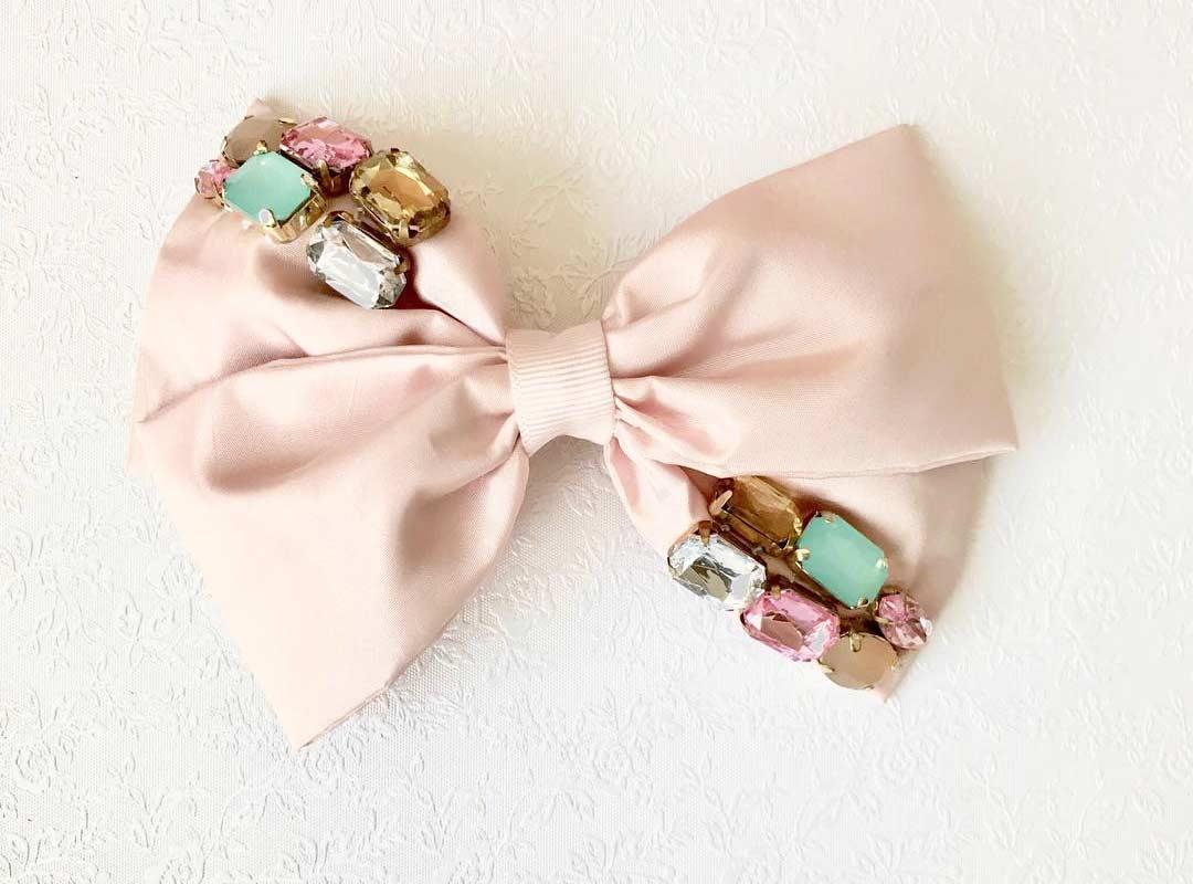 Laço de tecido com bijuterias / pedras