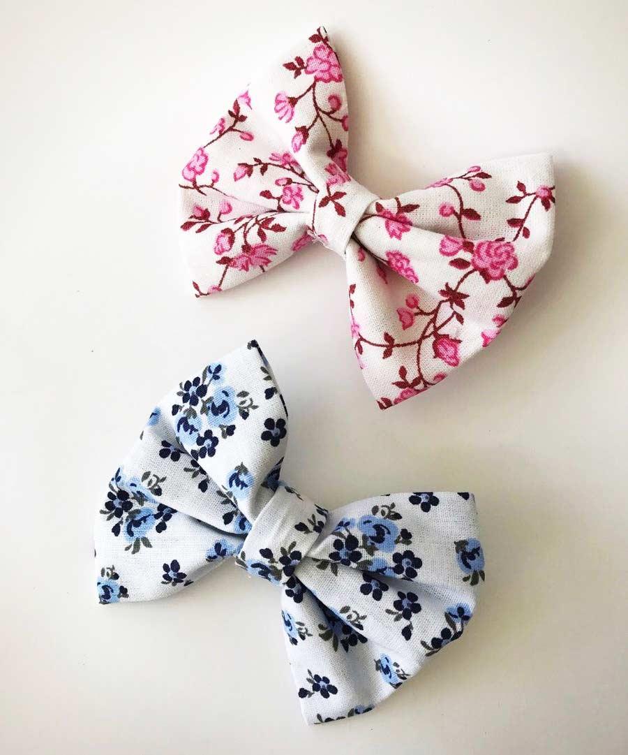 Laço de tecido com estampas floridas