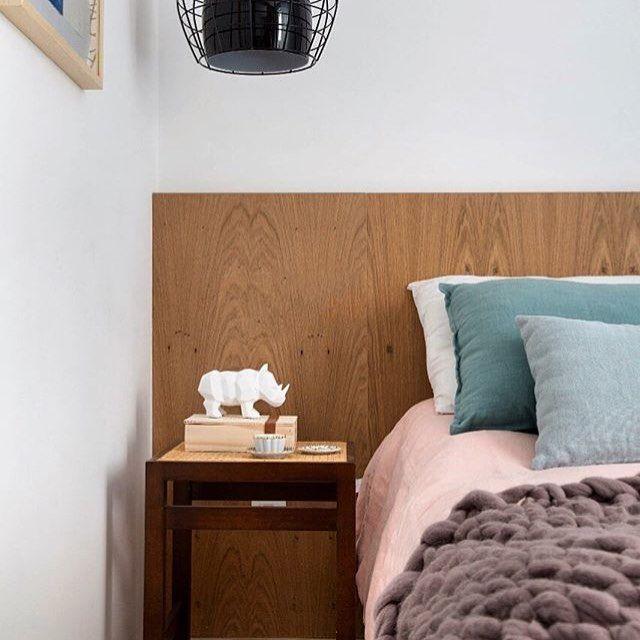 Quarto simples com cabeceira de cama