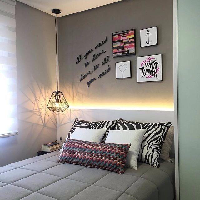 Luminária suspensa e fita de LED na decoração do quarto simples