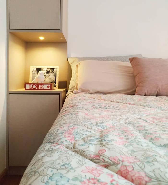 Jogo de cama em decoração de quarto simples