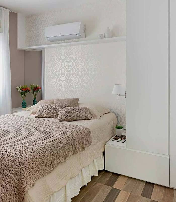 Vasos, papel de parede e materiais em crochê na cama