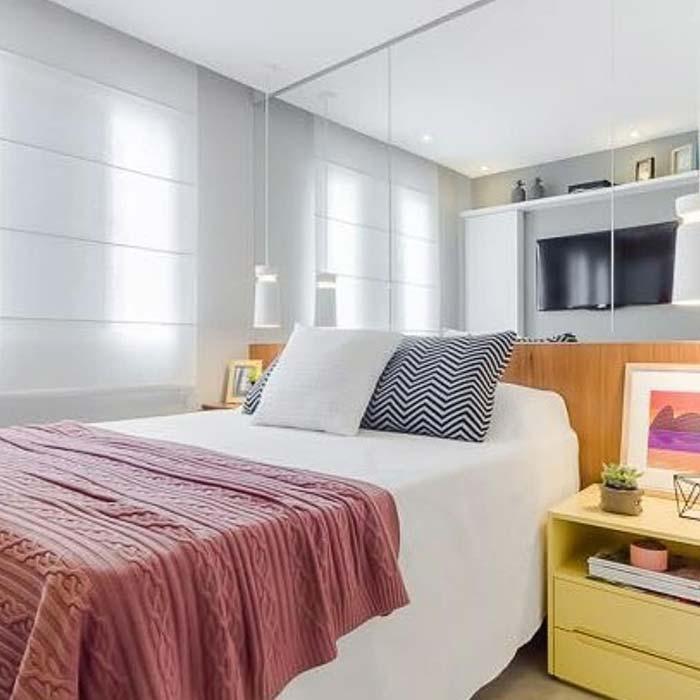 Mobiliário colorido em quarto simples